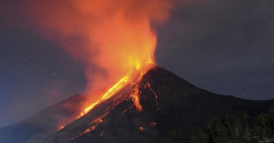 13.mai.2015 - Vulcão Karangetang expele lava na ilha Sitaro, na Indonésia