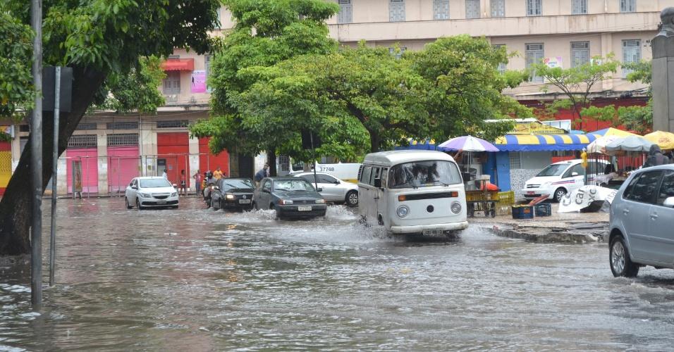 14.mai.2015 - Chuva provoca alagamento no centro de Salvador na manhã desta quinta-feira (14). O trânsito segue complicado por toda a cidade