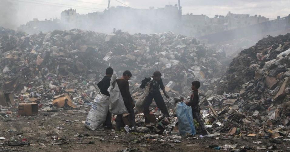 14.mai.2015 - Crianças vasculham lixo em Jisr al-Hajj em Aleppo, na Síria