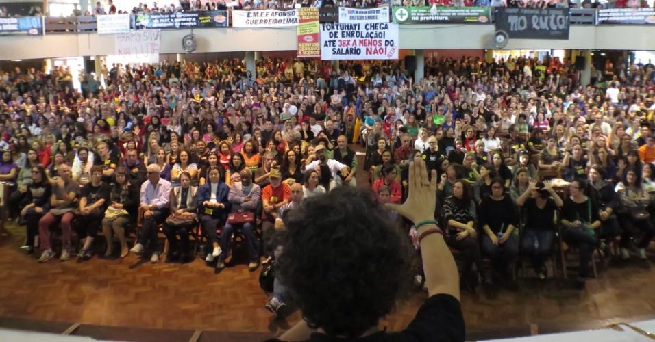 14.mai.2015 - Servidores públicos municipais de Porto Alegre participam de assembleia sobre a greve da categoria, na capital gaúcha. A prefeitura ofereceu reajuste de 8,17%, mas segundo o Sindicato dos Municipários de Porto Alegre (Simpa), os servidores pedem 9,44% referente às perdas salariais, o IPCA integral e ganho real, totalizando 20%