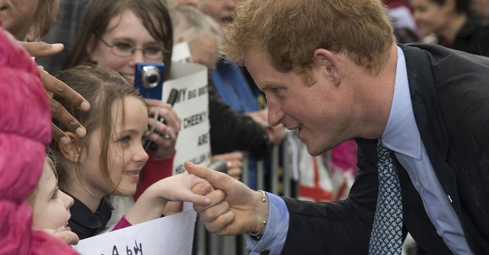 14.mai.2015 - Príncipe Harry cumprimenta menina durante visita ao Centro Memorial de Guerra de Whanganui, pequena cidade localizada na Ilha Norte da Nova Zelândia