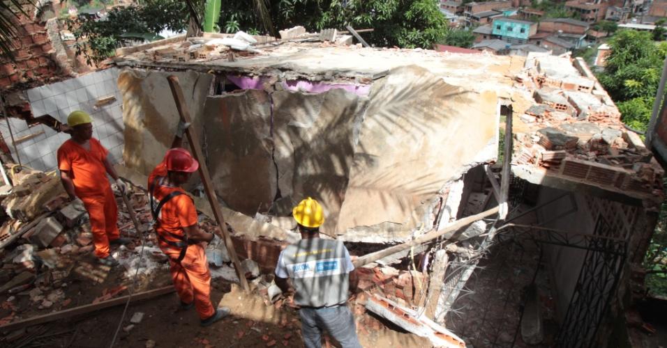 14.mai.2015 - Técnicos da Secretaria Municipal de Urbanismo (Sucom) de Salvador voltaram a realizar operação de demolição de casas localizadas em áreas de risco da capital baiana, nesta quinta-feira (14), após os deslizamentos de terra provocados pelas chuvas nas últimas semanas