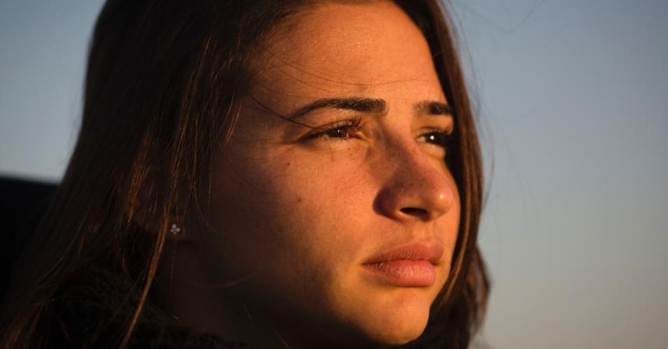 Lais Souza, ex-ginasta brasileira que ficou paralisada após um acidente em um treinamento de esqui aéreo nos EUA no começo de 2014, descansa em Miami Beach, em outubro. Um tratamento experimental com células-tronco despertou alguma sensibilidade em seus membros - o suficiente para dar-lhe esperança de melhora.