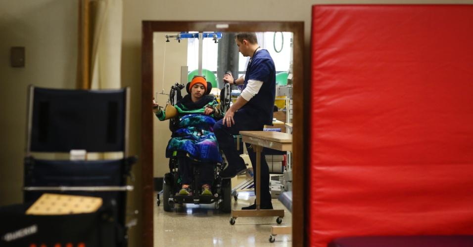 Uma fisioterapeuta trabalha com Lais Souza, ex-ginasta brasileira que ficou paralisada após um acidente em um treinamento de esqui aéreo nos EUA, em um hospital de Miami, em abril de 2014. Um tratamento experimental com células-tronco despertou alguma sensibilidade em seus membros - o suficiente para dar-lhe esperança de melhora.