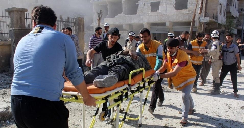 15.mai.2015 - Equipes da Defesa Civil retiram um homem de um prédio destruído por um ataque aéreo feito por forças leais ao ditador Bashar Assad, em Aleppo, na Síria