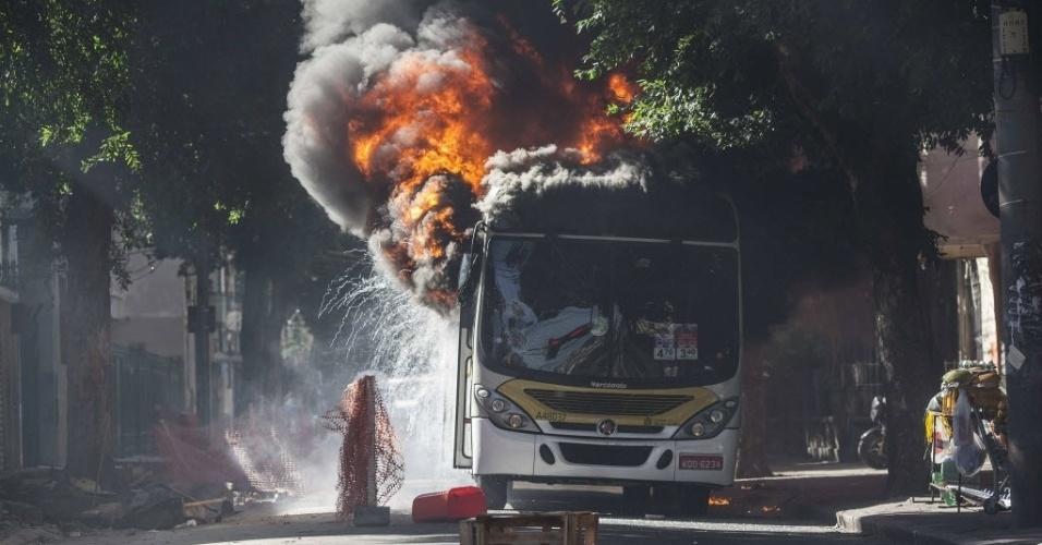 15.mai.2015 - Manifestantes incendeiam um ônibus durante protesto contra a morte de dois moradores da comunidade do São Carlos, no Estácio, na zona norte do Rio de Janeiro (Brasil). Desde o dia 8 de maio, pelo menos dez pessoas foram mortas em uma guerra de facções na região