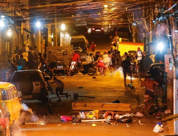 Moradores do morro do São Carlos, localizado na cidade do Rio de Janeiro, voltaram a protestar na noite da última sexta-feira (15) por causa da morte de dois homens na comunidade. Policiais militares acompanharam o ato e houve confronto. Atacados com pedras e outros objetos, os PMs reagiram lançando bombas de gás. Moradores chegaram a fazer barricadas com sacos de lixo para tentar impedir o avanço dos policiais rumo ao alto do morro