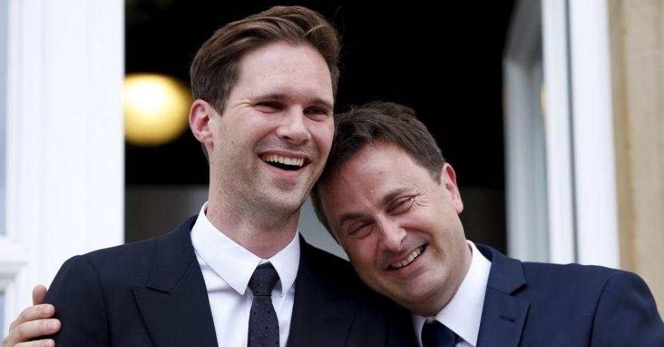 15.mai.2015 - O primeiro-ministro de Luxemburgo Xavier Bettel (à direita), 42, posa com seu marido, o belga Gauthier Destenay, após sua cerimônia de casamento nesta sexta-feira (15). Bettel torna-se o primeiro líder europeu em exercício a se casar com alguém do mesmo sexo, e apenas a segunda em todo o mundo. Luxemburgo aprovou o casamento entre pessoas do mesmo sexo em janeiro