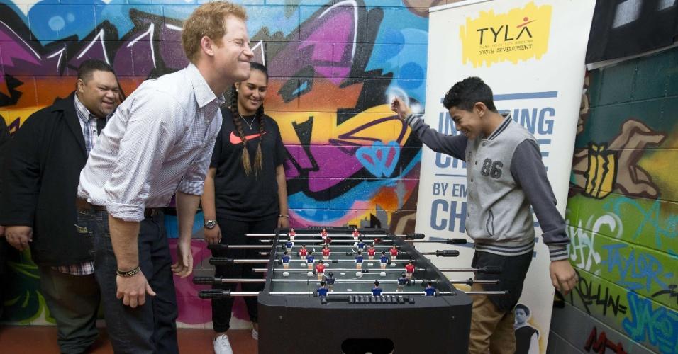 15.mai.2015 - O príncipe Harry do Reino Unido joga pebolim (conhecido também como 'totó', 'fla-flu', entre outros) no Centro de Desenvolvimento da Juventude em Auckland (Nova Zelândia) nesta sexta-feira (15). Harry chegou à Nova Zelândia no último dia 9 para visita de uma semana