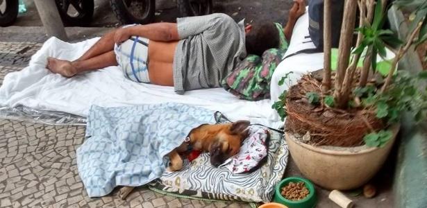 A foto que mostra Negão dormindo ao lado de Barba, com direito a cama e cobertor, fez sucesso no Facebook. A imagem foi publicada na rede social no dia 8 de maio