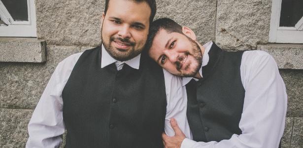 Os noivos André Moreira (à esq.) e João Geraldo Netto durante a cerimônia de casamento. Netto é soropositivo e Moreira vive sem o vírus, mas eles preferem não testar o remédio Truvada