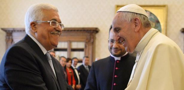 O presidente da Autoridade Palestina, Mahmoud Abbas, cumprimenta o papa Francisco
