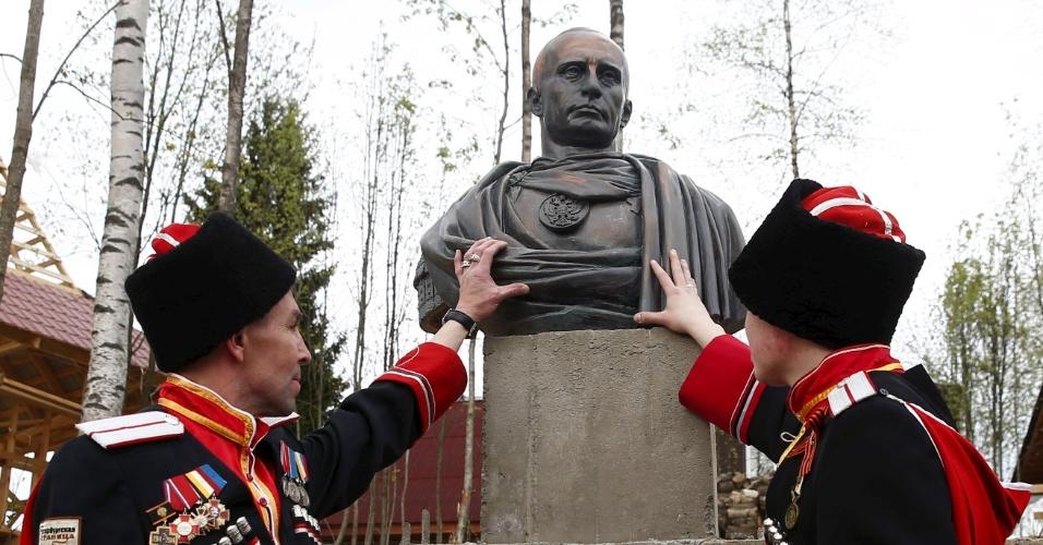 16.mai.2015 - Uma organização de cossacos inaugurou um busto do presidente russo Vladimir Putin como um imperador romano perto de São Petersburgo, em
