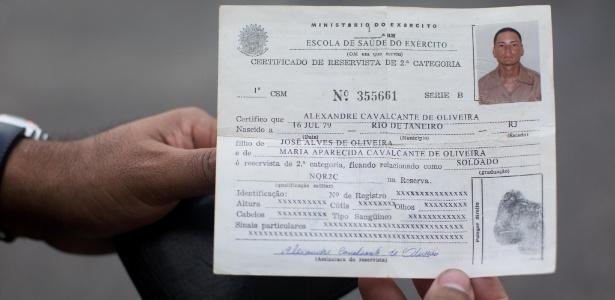 Certificado de reservista de Alexandre Cavalcante de Oliveira, 35, que foi atingido por um tiro de fuzil na cabeça quando saía de casa, no morro do Telégrafos, na zona norte do Rio de Janeiro, durante uma suposta troca de tiros entre policiais da UPP (Unidade de Polícia Pacificadora) da Mangueira e traficantes, na noite de sábado (16)