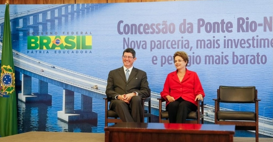 18.mai.2015 - A presidente Dilma Rousseff e o ministro da Fazenda, Joaquim Levy, participaram nesta segunda-feira (18) da cerimônia de assinatura do contrato de concessão da ponte Rio-Niterói, localizada na BR-101, no Rio de Janeiro