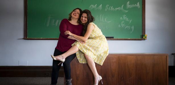 Katy Olson (e) e Lizzie Valverde, irmãs biológicas adotadas por famílias diferentes há mais de 30 anos, em uma sala de aula na Universidade de Columbia --onde as duas se conheceram em janeiro de 2013