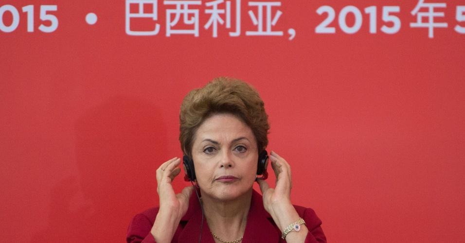 19.mai.2015 - A presidente Dilma Rousseff usa fone de ouvido durante encontro com o primeiro-ministro da China, Li Keqiang, no qual os dois países assinaram vários atos comerciais, no Palácio do Planalto, em Brasília (DF)