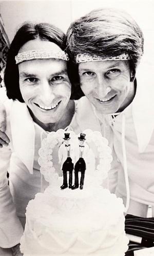 Jack Baker e Michael McConnell casam em Minneapolis em 1971