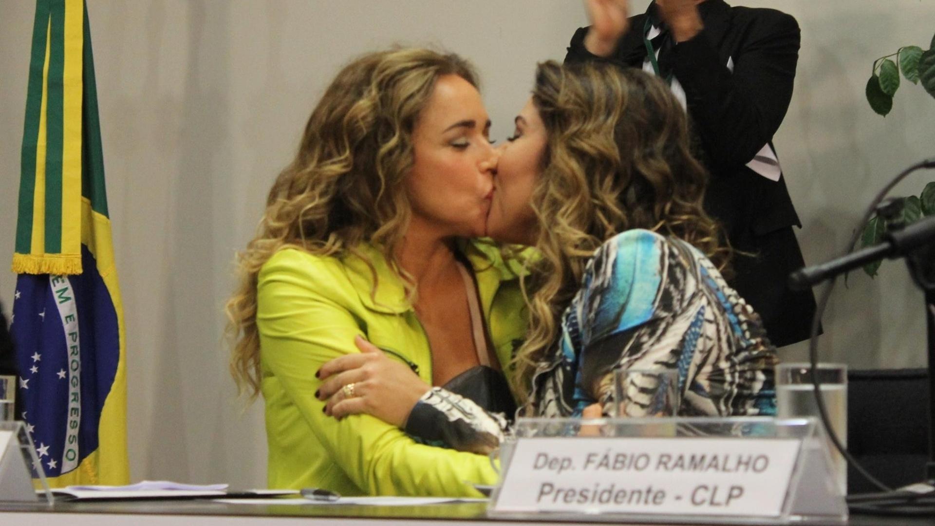 20.mai.2015 - A cantora Daniela Mercury e a sua mulher, a jornalista Malu Verçosa, se beijam durante o 12º Seminário LGBT da Câmara dos Deputados, em Brasília. O evento foi organizado por deputados ligados à temática dos direitos humanos, como Jean Wyllys (PSOL-RJ) e Erika Kokay (PT-DF), e teria enfrentado resistência por parte do atual presidente da Casa, Eduardo Cunha (PMDB-RJ)