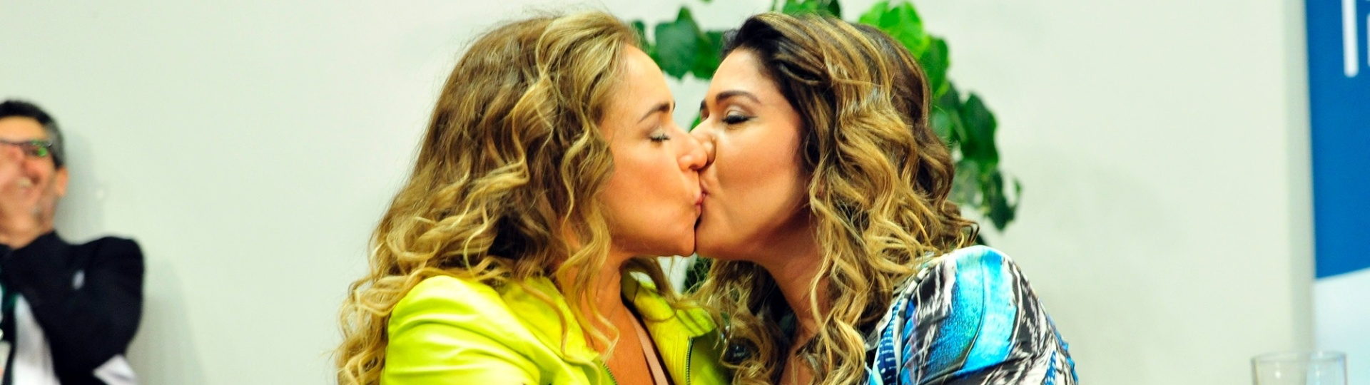 20.mai.2015 - A cantora Daniela Merucyr (à esquerda) beija sua mulher, Malu Verçosa, durante o 12º Seminário LGBT do Congresso, em Brasília (DF). As comissões de Legislação Participativa (CLP), de Cultura (CCULT) e de Ciência e Tecnologia, Comunicação e Informática (CCTCI) participam do seminário, que tem como tema Nossa Vida d@s outr@s Empatia, a verdadeira revolução