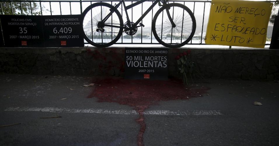 20.mai.2015 - Ativistas da ONG Rio de Paz usaram tinta vermelha para simular sangue diante de uma bicicleta durante protesto pela morte do do médico Jaime Gold, que foi esfaqueado na noite de terça-feira (19), enquanto praticava ciclismo no local. O secretário de Segurança de Estado do Rio de Janeiro, José Mariano Beltrame, classificou a morte como