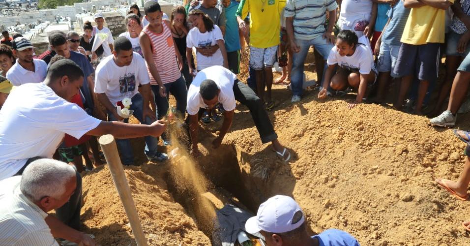 20.mai.2015 - Família e amigos comparecem ao sepultamento de Wanderson de Jesus, 24, no Cemitério do Cacuia, na zona norte do Rio de Janeiro, nesta quarta-feira (20). O jovem e um adolescente de 12 anos foram mortos durante tiroteio no Morro do Dendê na manhã da terça-feira (19). Moradores que acusam policiais de terem disparado contra as duas vítimas protestaram em frente à 37ª DP (Ilha do Governador) e nas proximidades do Dendê