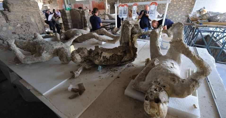 20.mai.2015 - Restauradores fazem reparos em corpos petrificados, vítimas da erupção do vulcão do Vesúvio no ano 79 d.C., no laboratório de Pompeia, na Itália