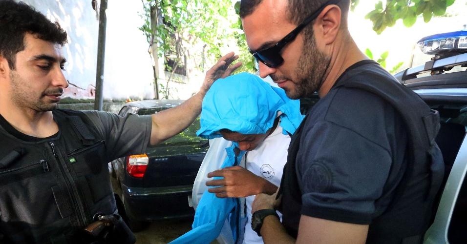 21.mai.2015 - A Polícia Civil do Rio apreendeu, na manhã desta quinta-feira (21), um adolescente de 16 anos, suspeito de ter esfaquear o médico Jaime Gold, 56, na noite da última terça-feira (19) na Lagoa Rodrigo de Freitas, zona sul da cidade. Ele já havia sido detido 15 vezes, sendo cinco por roubo com utilização de arma branca. Ele foi preso em casa, na comunidade de Manguinhos, na zona norte, por volta de 5h, por agentes da Delegacia de Homicídios e foi levado para a unidade, na Barra da Tijuca