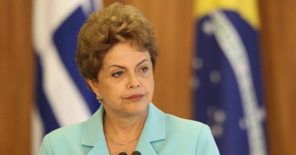 21.mai.2015 - A presidente Dilma Rousseff prepara-se para fazer discurso durante recepção ao presidente do Uruguai, Tabaré Vázquez, no Palácio do Planalto, em Brasília