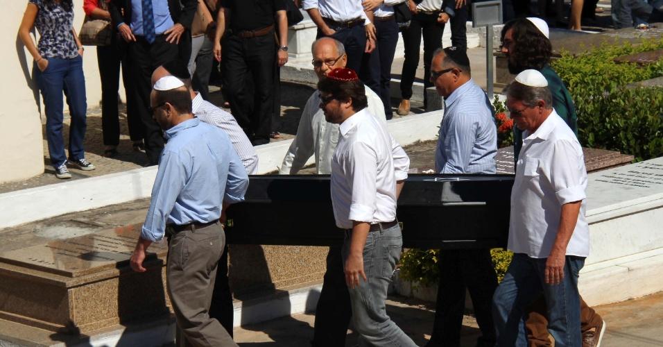21.mai.2015 - O corpo do médico Jaime Gold, 56, assassinado a golpes de faca durante um assalto na lagoa Rodrigo de Freitas, na terça-feira (19), é enterrado na manhã desta quinta-feira (21) no Cemitério Israelita do Caju, na zona norte do Rio de Janeiro