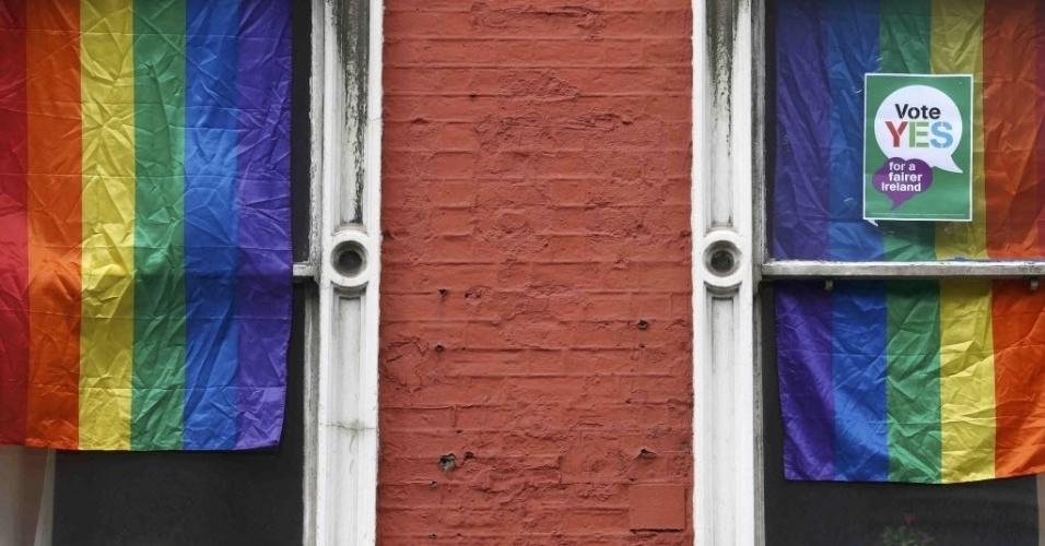 22.mai.2015 - Bandeiras do orgulho gay foram penduradas em janelas no dia em que a Irlanda realiza um referendo para decidir sobre a legalidade do casa como a Irlanda mantém um referendo sobre o casamento gay