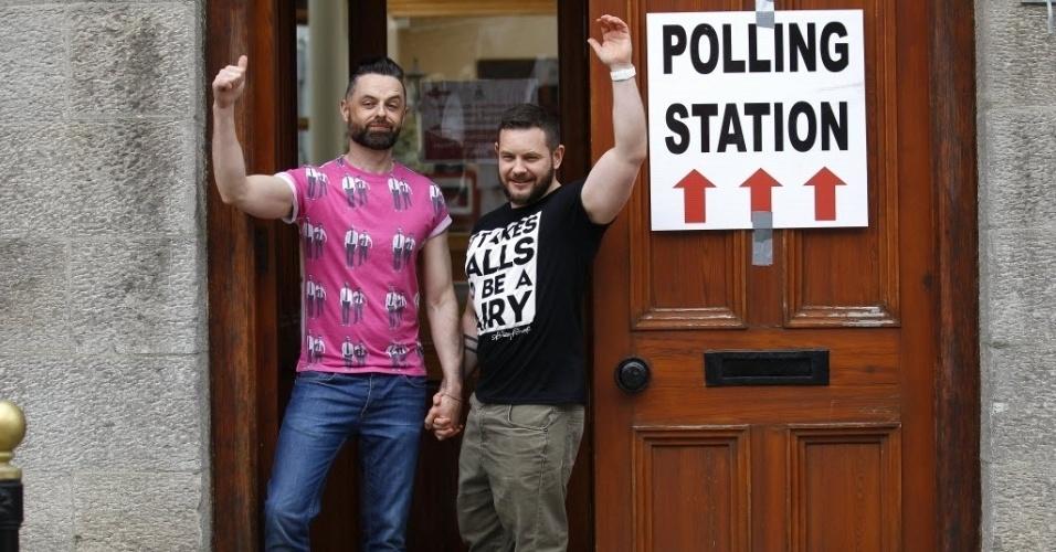 22.mai.2015 - Casal gay posa de mãos dadas após votarem no referendo realizado nesta sexta-feira (22) na Irlanda para decidir sobre a legalidade do casamento entre pessoas do mesmo sexo