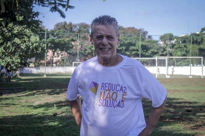 22.mai.2015 - O compositor Chico Buarque vestiu a camisa de movimento que é contra a redução da maioridade penal de 18 para 16 anos. A foto foi publicada na página no Facebook do