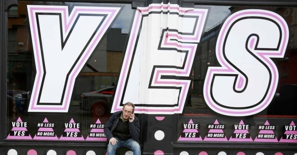 22.mai.2015 - Um homem senta-se na frente de uma janela decorada em favor do casamento gay, no centro de Dublin, no dia em que a Irlanda realiza um referendo para decidir sobre a legalidade do casa como a Irlanda mantém um referendo sobre o casamento gay