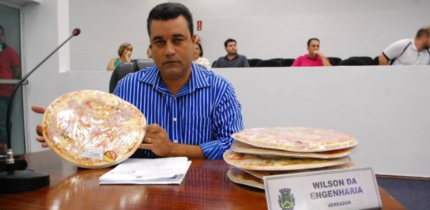 22.mai.2015 - Vereador Wilson da Engenharia (PSDB-SP) leva pizzas ao plenário da câmara de vereadores de Santa Bárbara D'Oeste (SP)