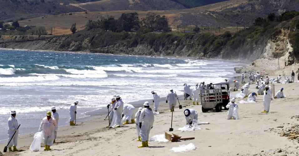 22.mai.2015 - Equipe trabalha na limpeza de praia em Goleta, Califórnia (EUA), depois do derramamento de óleo que atingiu o litoral do Estado norte-americano na última terça-feira (19). Ao menos 2.500 barris (quase 390 mil litros) de petróleo bruto, de acordo com as últimas estimativas, poluíram o litoral e o oceano Pacífico quando um oleoduto subterrâneo que corre paralelamente a uma estrada costeira estourou na terça de manhã, levando o governo da Califórnia a declarar estado de emergência