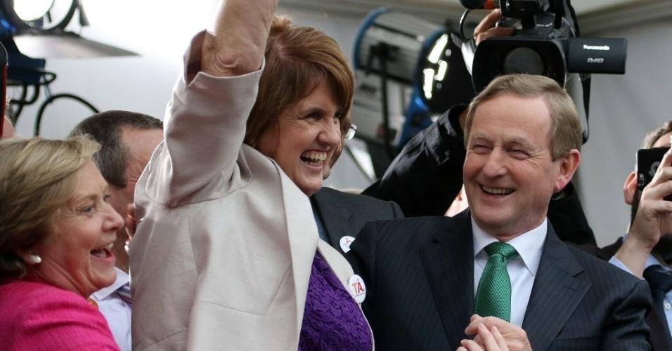 O primeiro-ministro da Irlanda Enda Kenny (à direita) e a deputada Joan Burton comemoram a vitória no