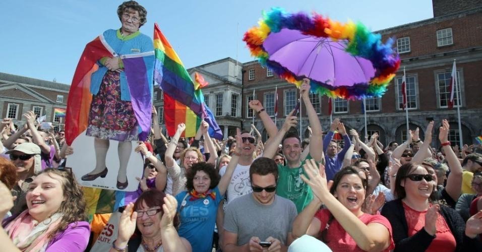 23.mai.2015 - Apoiadores do casamento gay comemoram neste sábado (23), em Dublin, a provável vitória no plebiscito realizado na Irlanda. Representantes do governo irlandês e dos dois lados da campanha disseram que a união homossexual deverá ser aprovada pela população do país. Em caso de confirmação, a Irlanda será o primeiro país a legalizar o casamento entre pessoas do mesmo sexo via voto popular