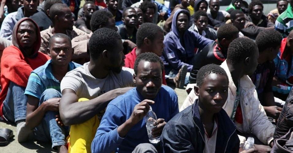 23.mai.2015 - Autoridades líbias detiveram em Trípoli, capital do país, 600 pessoas suspeitas de tentarem cruzar a fronteira para chegar à Europa. Na segunda-feira (18), a UE (União Europeia) aprovou um plano para criação de uma missão naval para conter o fluxo de imigrantes que tentam atravessar o Mediterrâneo. De acordo com a Acnur (Alto Comissariado da ONU para os Refugiados), um número estimado em 40 mil pessoas conseguiram chegar à Grécia, Itália e Malta em 2015 e cerca de 2.000 morreram no caminho