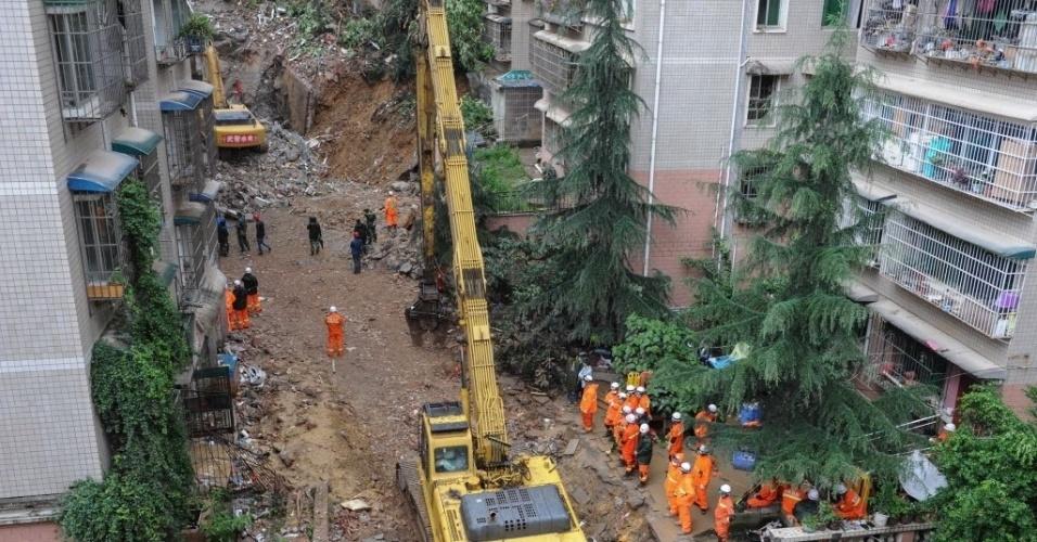 23.mai.2015 - Equipes de resgate trabalham no local onde um prédio desabou em Guiyang, província de Guizhou, no sudoeste da China. As 16 pessoas que ficaram presas nos escombros foram encontrados mortos na tarde de sábado (23)