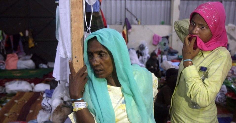 23.mai.2015 - Imigrantes da minoria muçulmano rohingya são retratados em abrigo temporário em Kuala Langsa, na província de Aceh, na Indonésia, neste sábado (23). Autoridades da Malásia e da Indonésia disseram que passarão a ajudar milhares de imigrantes rohingya presos em barcos de traficante de pessoas. Os rohingyas dizem que sofrem discriminação em Mianmar, que não os reconhece como um dos grupos étnicos oficiais