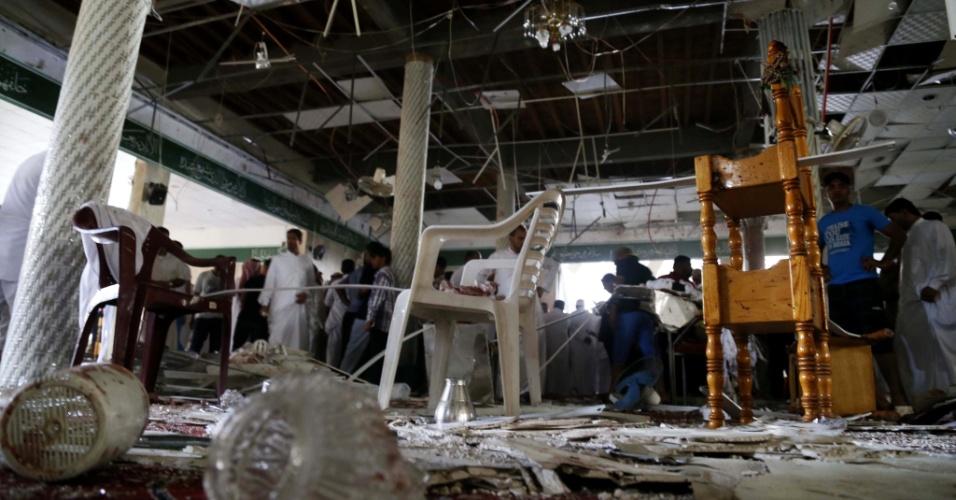 23.mai.2015 - Interior de mesquita na cidade saudita de Al Qadih fica danificada, neste sábado (22), pela explosão de um homem-bomba que deixou 21 mortos na sexta-feira. O Estado Islâmico, sunita, assumiu o atentado na mesquita muçulmana xiita de Imam Ali Abi Talib