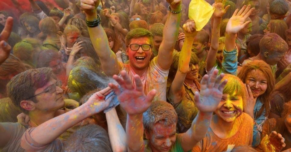 23.mai.2015 - Participantes do festival anual das cores se divertem em Moscou neste sábado (23)