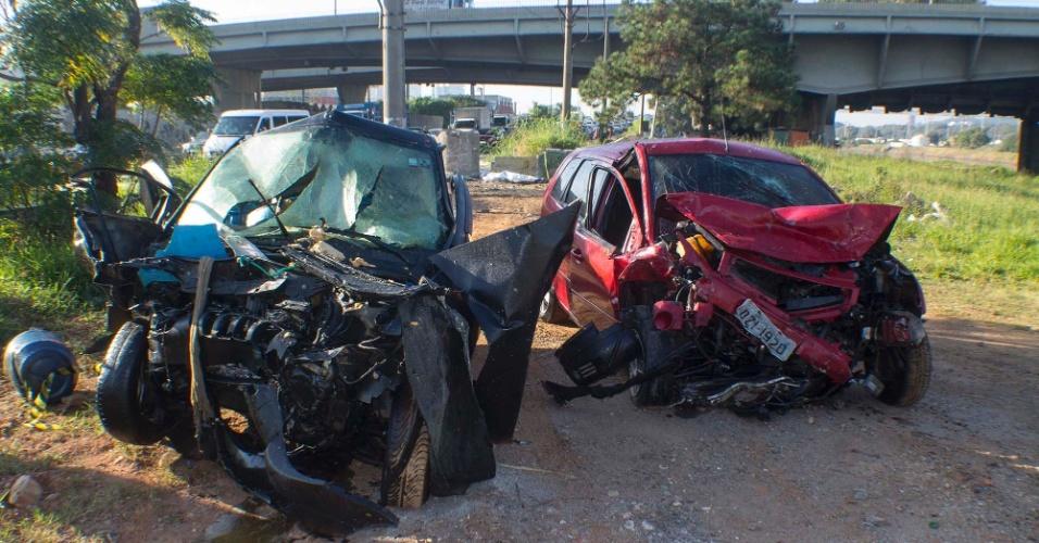 23.mai.2015 - Uma pessoa morreu em um acidente entre dois carros na manhã deste sábado (23) na marginal Pinheiro, perto da ponte do Jaguaré, na zona este de São Paulo. Outra vítima foi levada em estado grave para um hospital. A pista ficou interditada por duas horas