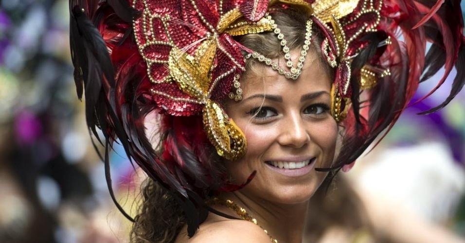 Foliã participa do desfile de carnaval de Copenhague, capital da Dinamarca, neste sábado (23)