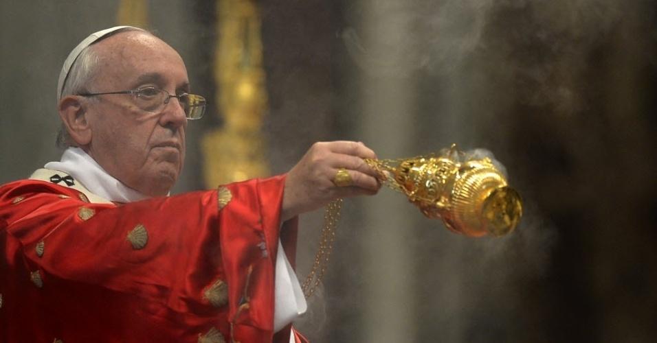 24.mai.2015 - O papa Francisco celebrou uma missa na solenidade de Pentecostes na basílica de São Pedro, no Vaticano, neste domingo (24)