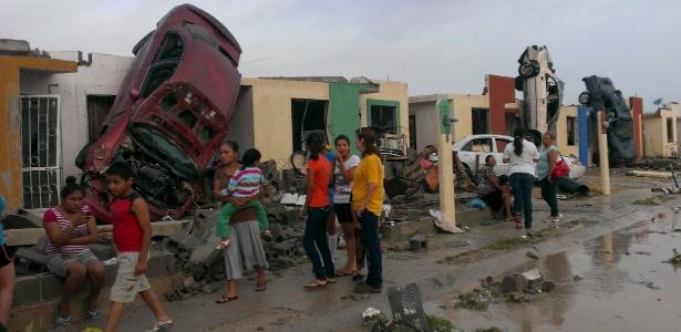 25.mai.2015 - Moradores olham a destruição causada pelo tornado em Ciudad Acuna, no México, próximo à fronteira com os EUA