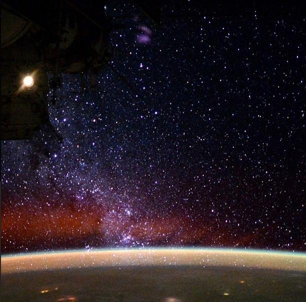 """25.mai.2015 - O astronauta Terry Virts, a bordo da Estação Espacial Internacional (ISS, na sigla em inglês), compartilhou uma imagem e disse: """"O ponto de vista da nossa galáxia do espaço"""""""