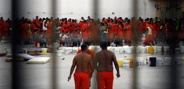 Presos rebelados durante motim em presídio em Feira de Santana (BA)