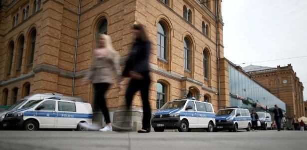 Pedestres em frente à delegacia da Polícia Federal na estação central de Hanover